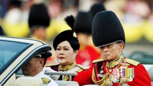 bhumibol-adulyadej-le-roi-de-thailande-attends-trooping-of-the-colour_338224