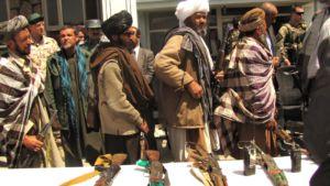 D'anciens soldats talibans rendent leurs armes