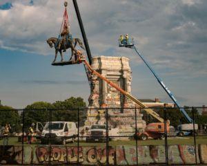 06 etats-unis statue geante general lee richmond deboulonnee - La Diplomatie